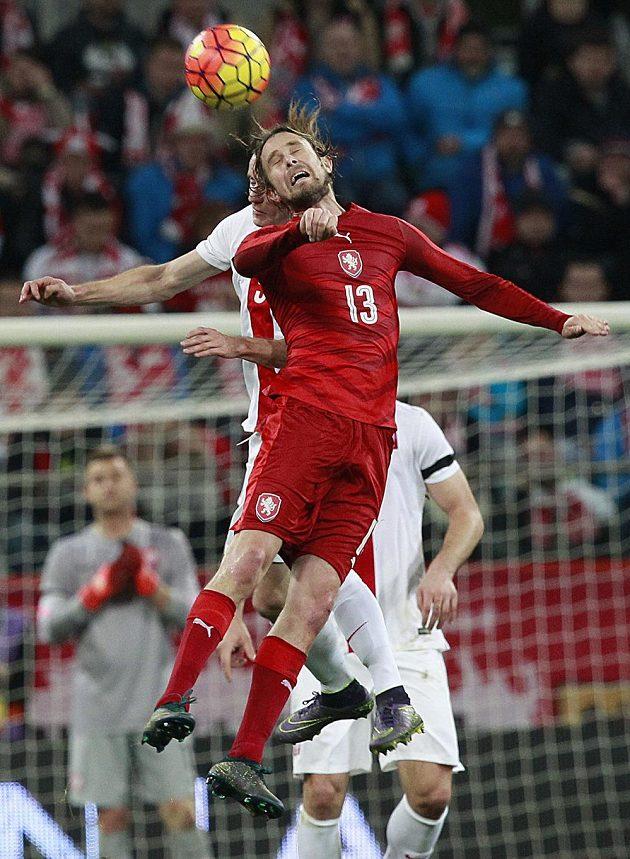 Český fotbalista Jaroslav Plašil (vpředu) ve vzdušném souboji s Krzysztofem Maczyňským během přípravného duelu s Polskem.