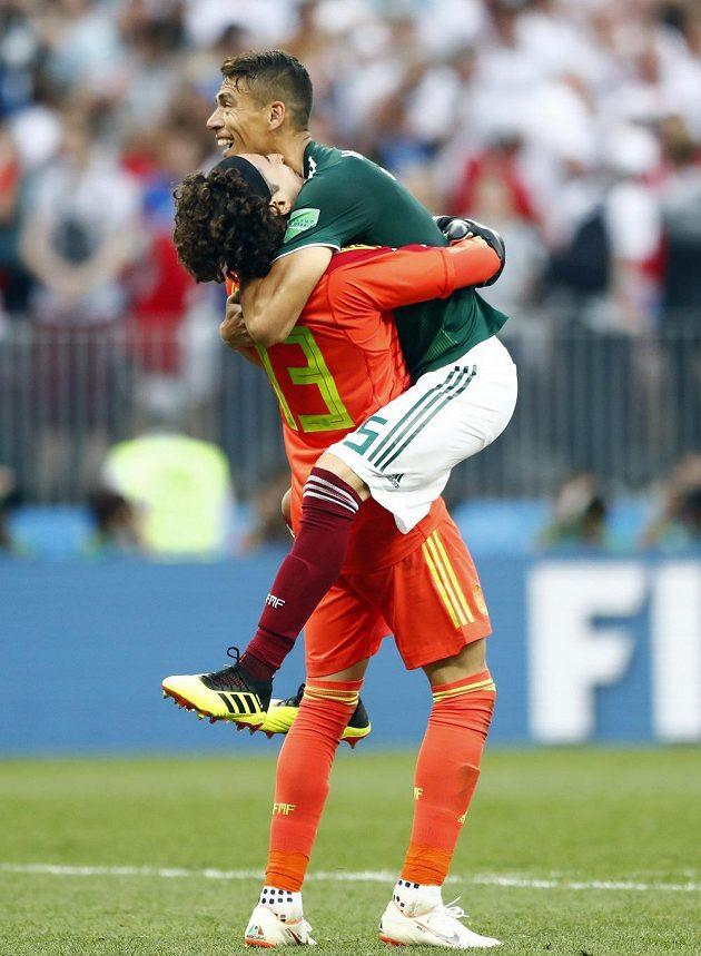 Mexická radost. Gólman Guillermo Ochoa (vlevo) se spoluhráčem Hectorem Morenem slaví výhru v utkání MS s Německem.