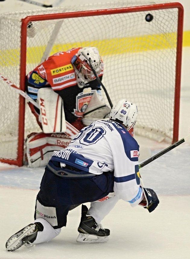 Plzeňský útočník Nicholas Johnson dává gól královéhradeckému brankáři Ondřeji Kacetlovi.