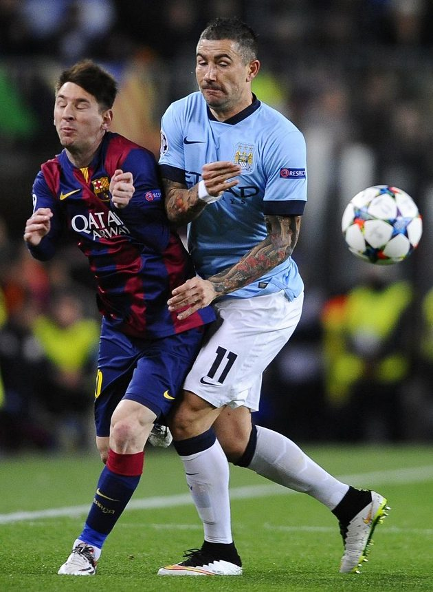 Aleksandar Kolarov (vpravo) z Manchesteru City brání dirigenta hry Barcelony Lionela Messiho.