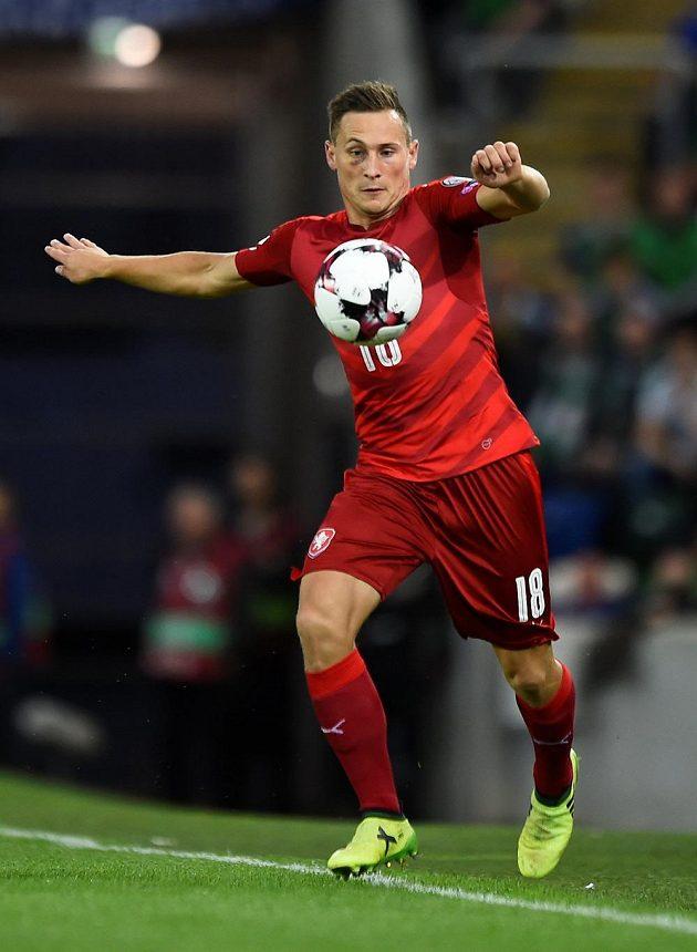 Český fotbalový reprezentant Jan Bořil v akci během kvalifikačního utkání o postup na MS 2018 na půdě Severního Irska.