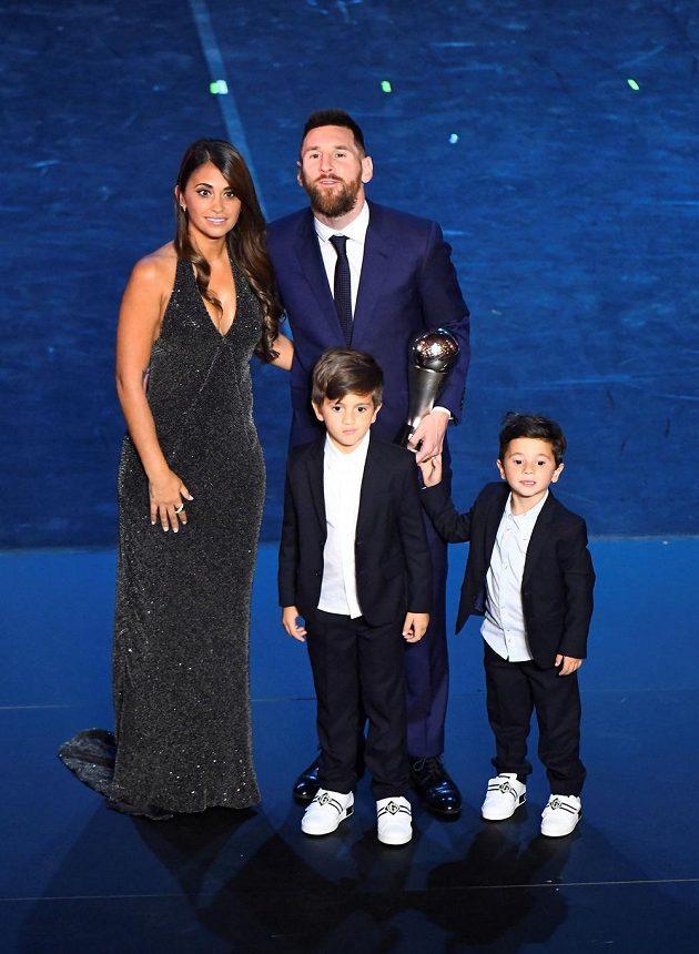 Lionel Messi pózuje s manželkou Antonellou a syny.