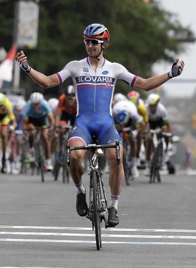 Slovák Peter Sagan se raduje z vítězství v silničním závodu na MS v americkém Richmondu.