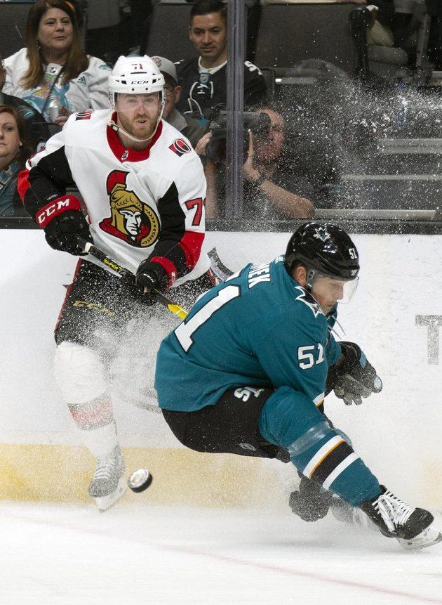 Český hokejový obránce Radim Šimek v dresu San Jose během utkání NHL s Ottawou.