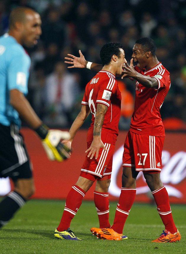 Thiago Alcantará (vlevo) se raduje s Davidem Alabou ze své trefy proti Casablance.