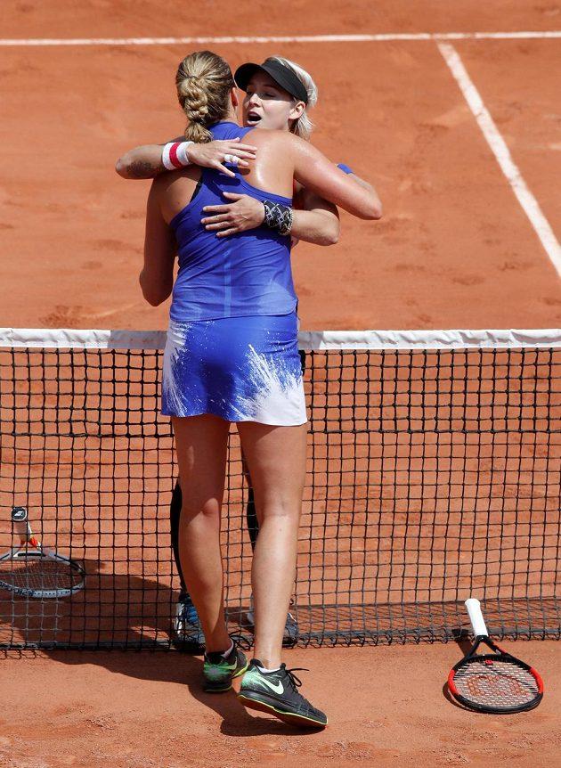 Petra Kvitová v objetí s Bethanií Mattekovou-Sandsovou po porážce ve druhém kole French Open.