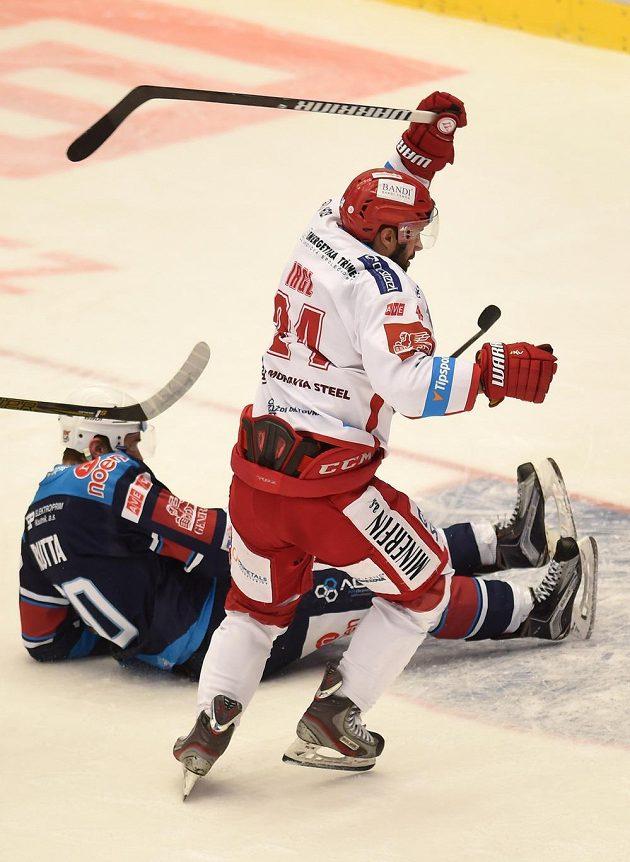 Jan Rutta (vlevo) z Chomutova a třinecký útočník Zbyněk Irgl v zápase 34. kola hokejové Tipsport extraligy.