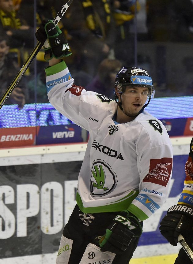 Jakub Orsava z Mladé Boleslavi se raduje z gólu na ledě Litvínova v extraligovém utkání.