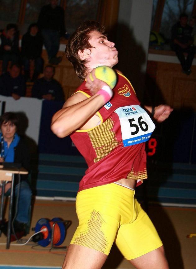 Adam Sebastian Helcelet při kouli na halovém mistrovství republiky ve vícebojích.