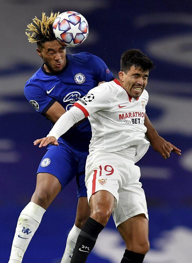 V hlavičkovém souboji se utkali Reece James (vlevo) z Chelsea a Marcos Acuna ze Sevilly.