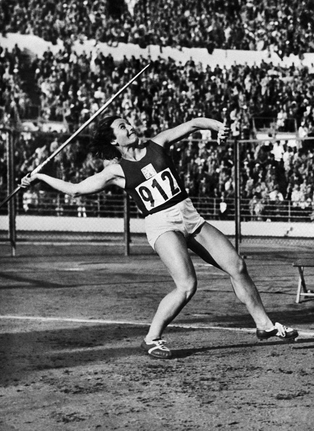 Dana Zátopková na olympijských hrách v Helsinkách v roce 1952.