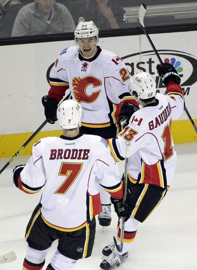 Jiří Hudler jásá po gólu proti San Jose se spoluhráči z Calgary Johnnym Gaudreauem (13) a T.J. Brodiem (7).