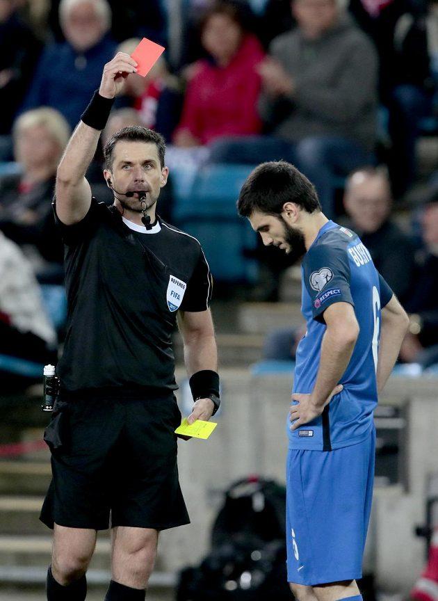 Badavi Huseynov z Ázerbájdžánu dostává červenou kartu.
