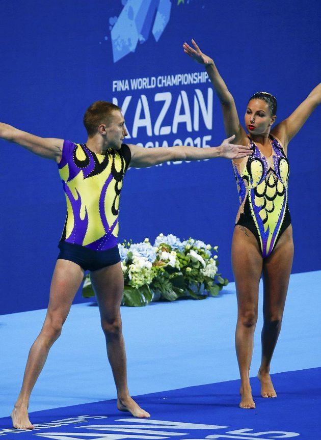 Ukrajinci Oleksandra Sabadová a Anton Timofejev při MS v synchronizovaném plavání v Kazani.