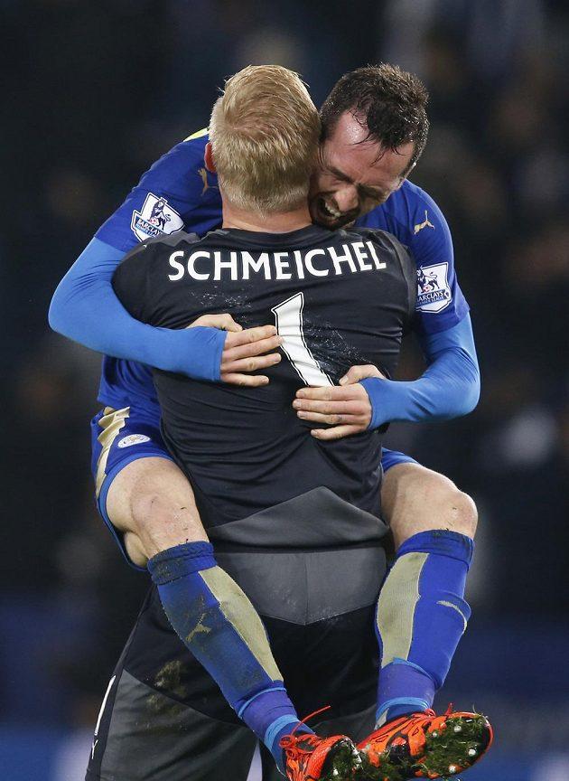 Obránce Leicesteru Christian Fuchs a brankář Kasper Schmeichel slaví vítězství nad Chelsea.