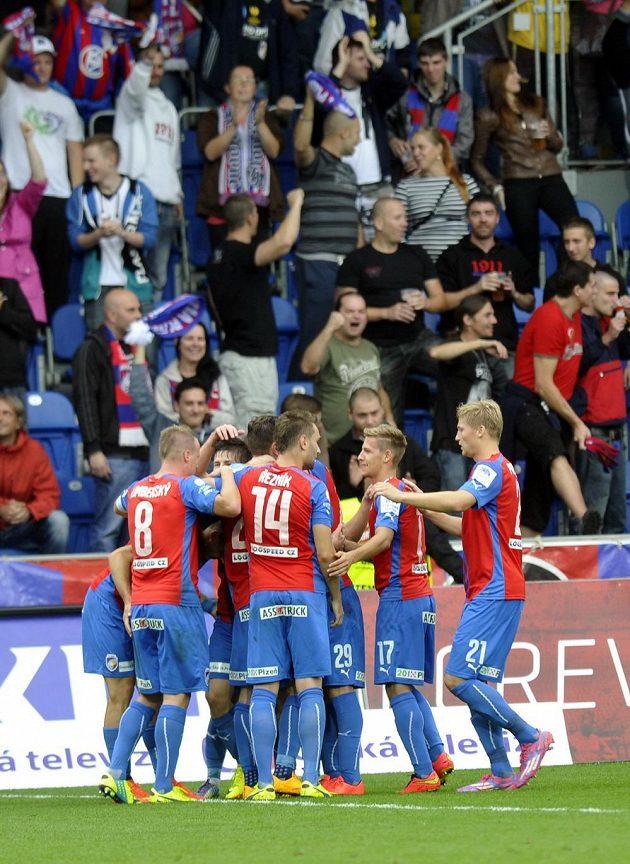 Plzeňští hráči se radují z gólu proti Baníku.