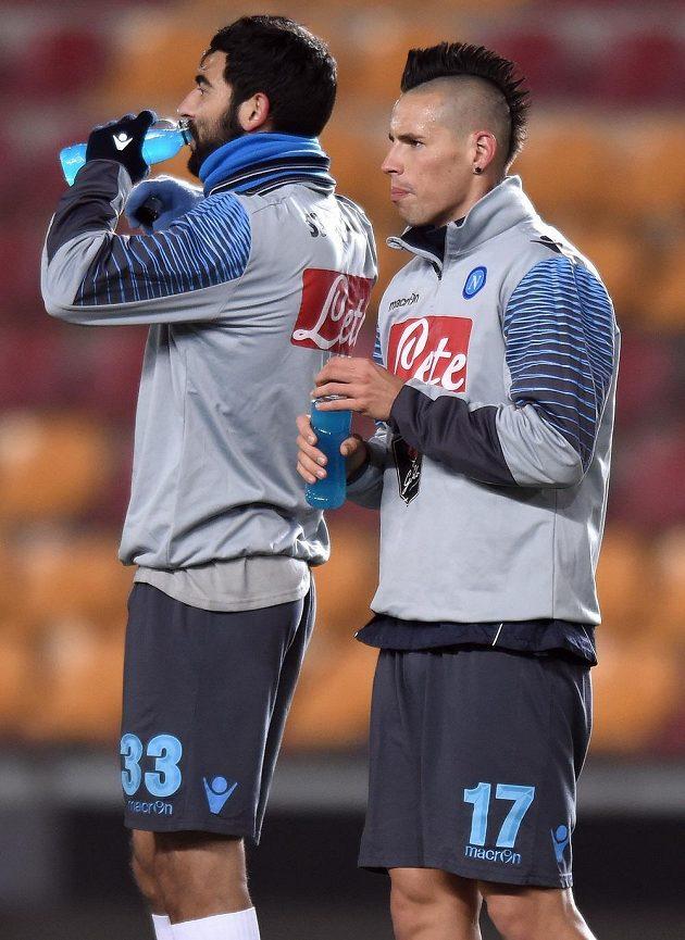 Fotbalisté Neapole Marek Hamšík (vlevo) a Raúl Albiol.