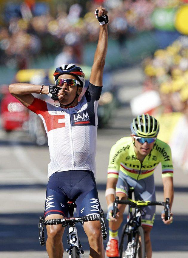 Kolumbijec Jarlinson Pantano coby vítěz v cíli 15. etapy Tour de France, za ním Polák Rafal Majka.