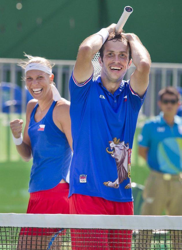 Radek Štěpánek a Lucie Hradecká se radují z vítězství nad indickým párem Sania Mirzaová, Rohan Bopanna.
