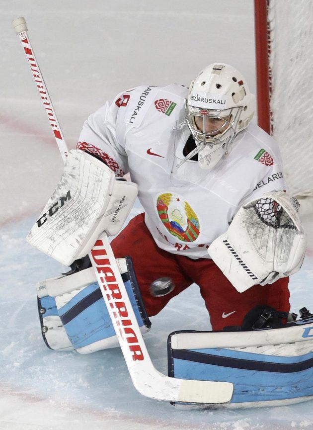 Běloruský gólman Michail Karnauchov při utkání s Nory.
