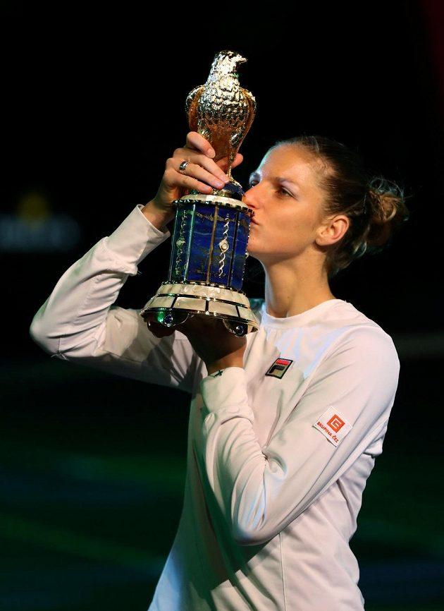 Karolína Plíšková s trofejí pro vítězku na turnaji v Dauhá.