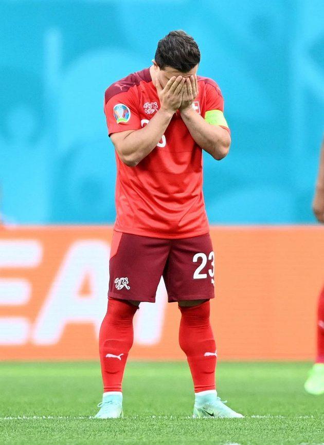 Švýcarský fotbalista Xherdan Shaqiri ukrává hlavu v dlaních během čtvrtfinále EURO se Španělskem.