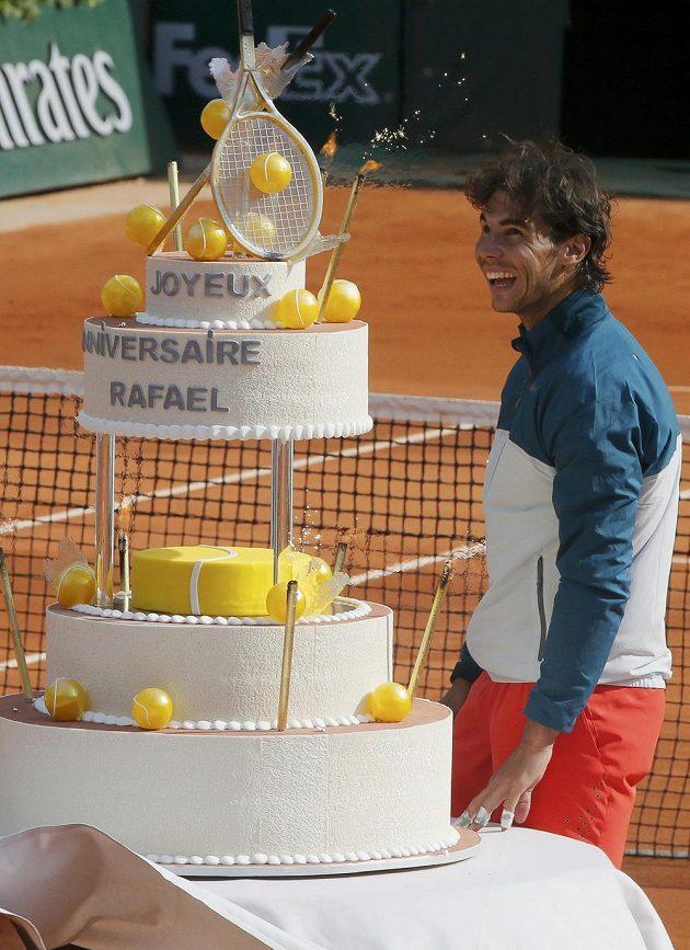 Rafael Nadal si prohlíží narozeninový dort s tenisovými míčky a raketami, který dostal ke svým 27. narozeninám.