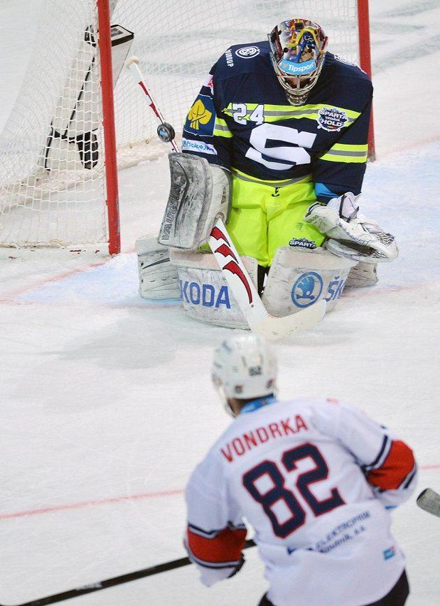 Spartaňský brankář Tomáš Pöpperle zasahuje v zápase s Chomutovem.