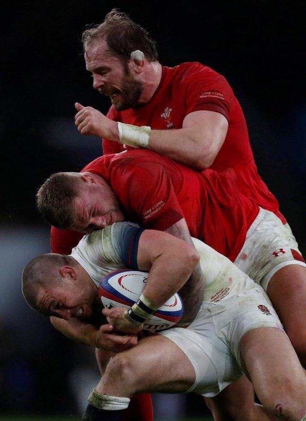Pyramida těžkých vah z utkání Anglie (Mike Brown v bílém) - Wales (Ross Moriarty a Alun Wyn Jones).