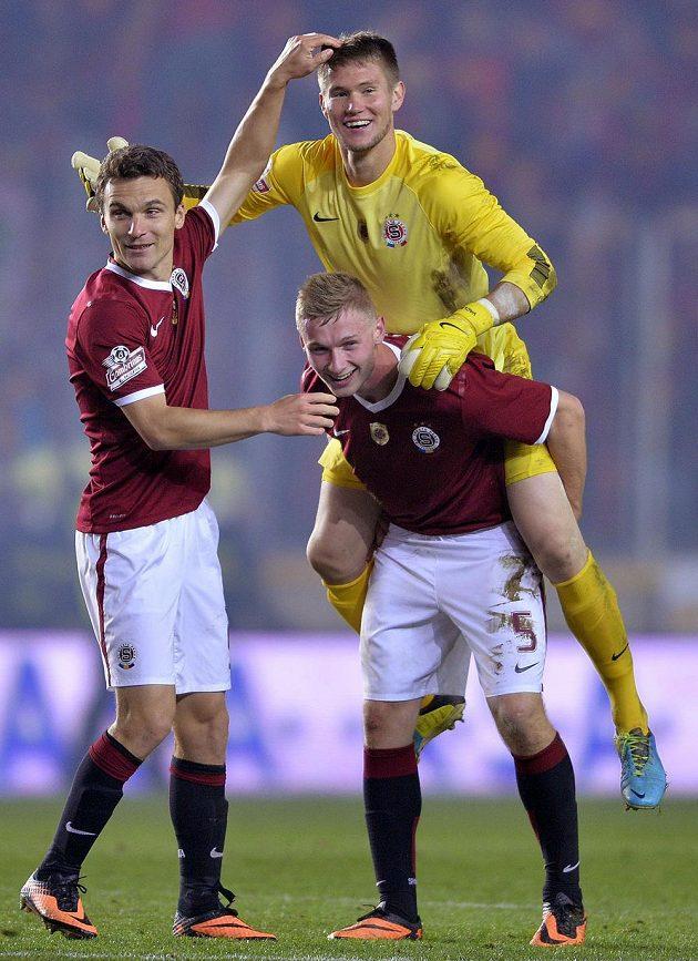Zleva útočník Sparty David Lafata, brankář Tomáš Vaclík a obránce Jakub Brabec se radují z vítězství.