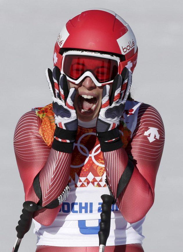 Euforická reakce Dominique Gisinové po olympijském sjezdu. Švýcarka se podělila o zlato se Slovinkou Mazeovou.