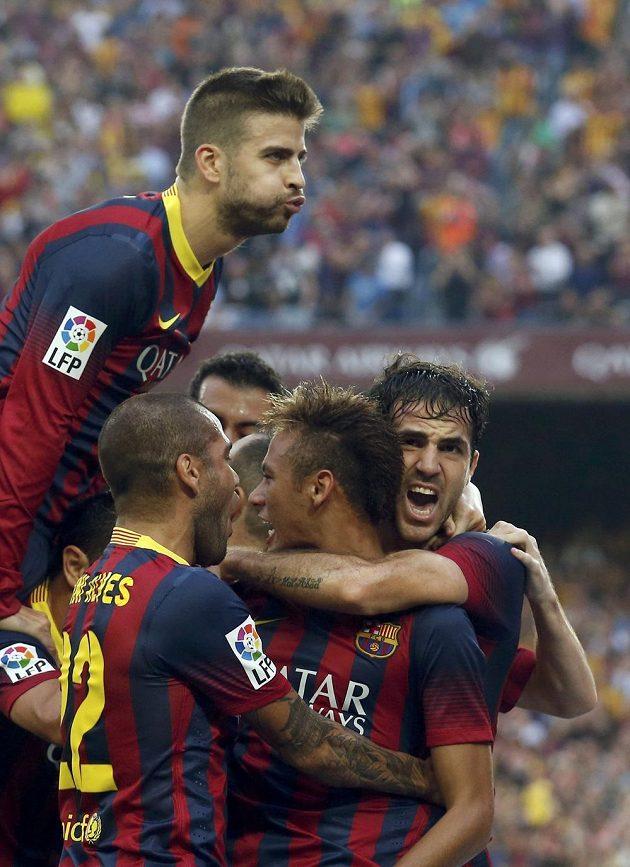 Fotbalista Barcelony Neymar (druhý zprava) se raduje společně s Gerardem Piquem (nahoře), Danim Alvesem a Cescem Fabregasem (vpravo) z gólu do sítě Realu Madrid.