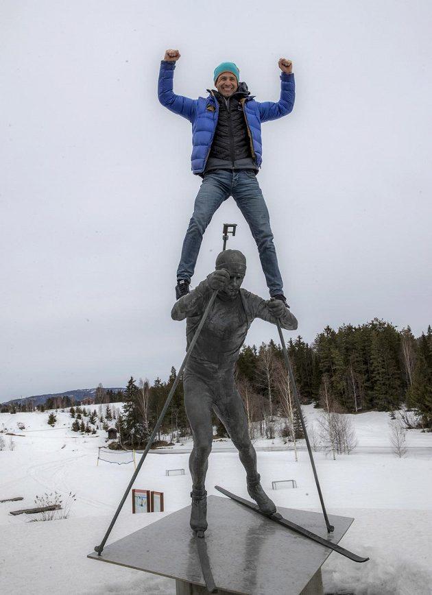 Ole Einar Björndalen se vyšplhal na svoji sochu poté, co na tiskové konferenci v Simostrandě oznámil ukončení kariéry.