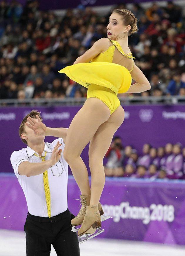 Sportovní dvojice z OSR Kristina Astachová a Alexej Rogonov během volné jízdy olympijského závodu.