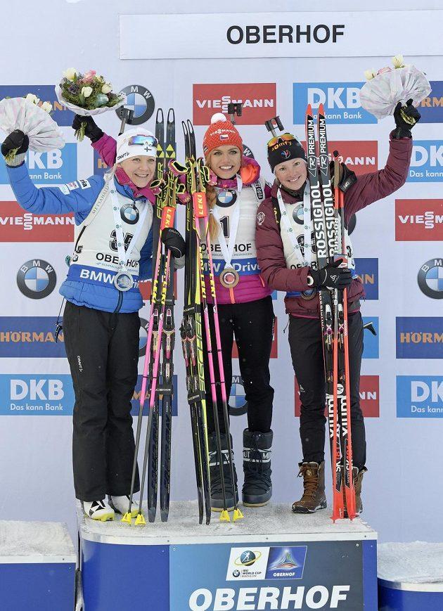 Tři nejlepší biatlonistky ze sprintu v německém Oberhofu. Zleva druhá Kaisa Mäkäräinenová, vítězka Gabriela Koukalová a třetí Marie Dorinová Habertová z Francie.