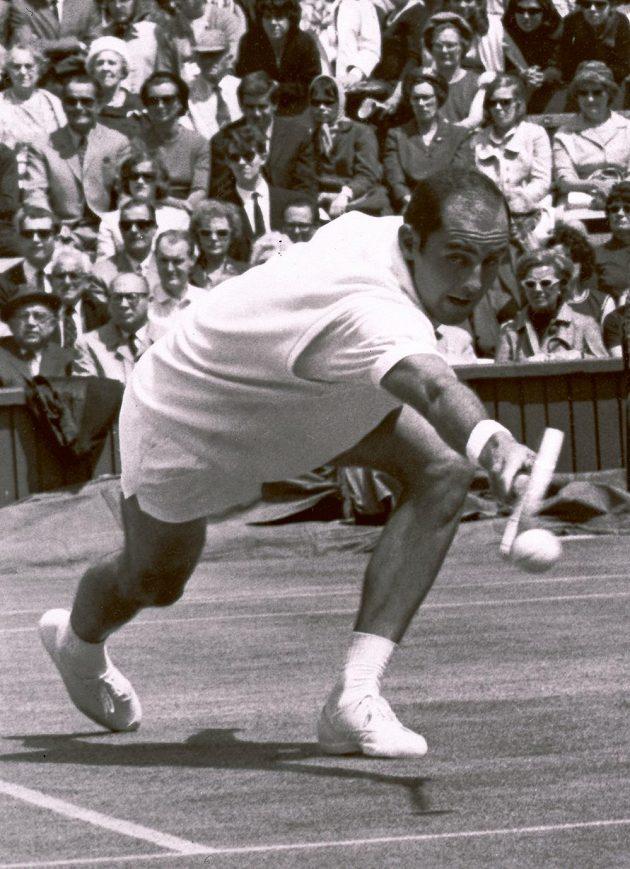 Bob Hewitt v dobách své slávy ve Wimbledonu v roce 1965.