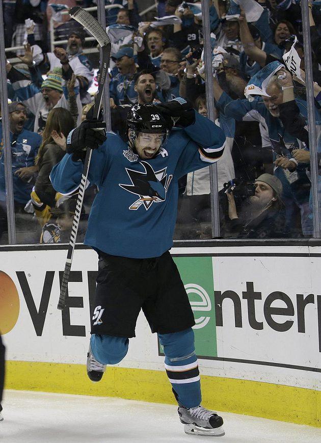 Jediná dílčí radost San Jose Sharks v šestém finále Stanley Cupu. Logan Couture právě snížil na 1:1.