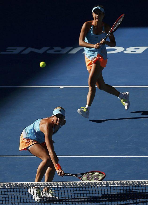 Andrea Hlaváčková (dole) se svojí deblovou partnerkou Číňankou Šuaj Pcheng během finále ženské čtyřhry.