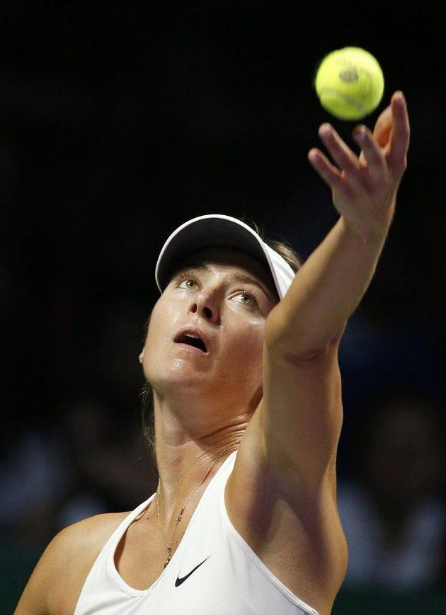 Ruska Maria Šarapovová podává při utkání na Turnaji mistryň proti Petře Kvitové.