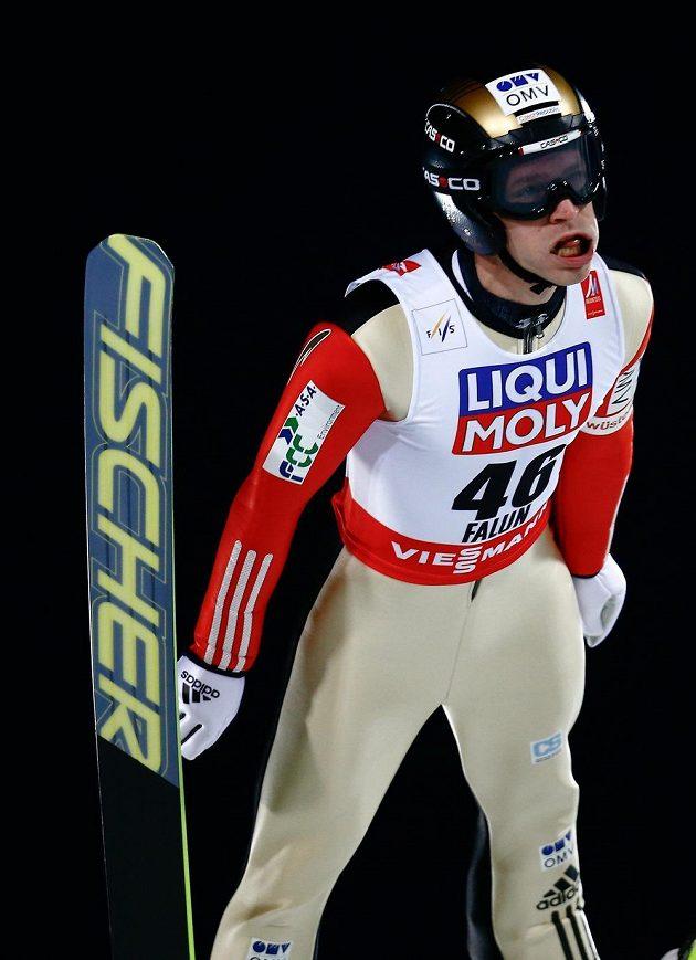 Český skokan na lyžích Roman Koudelka během závodu na velkém můstku ve Falunu.