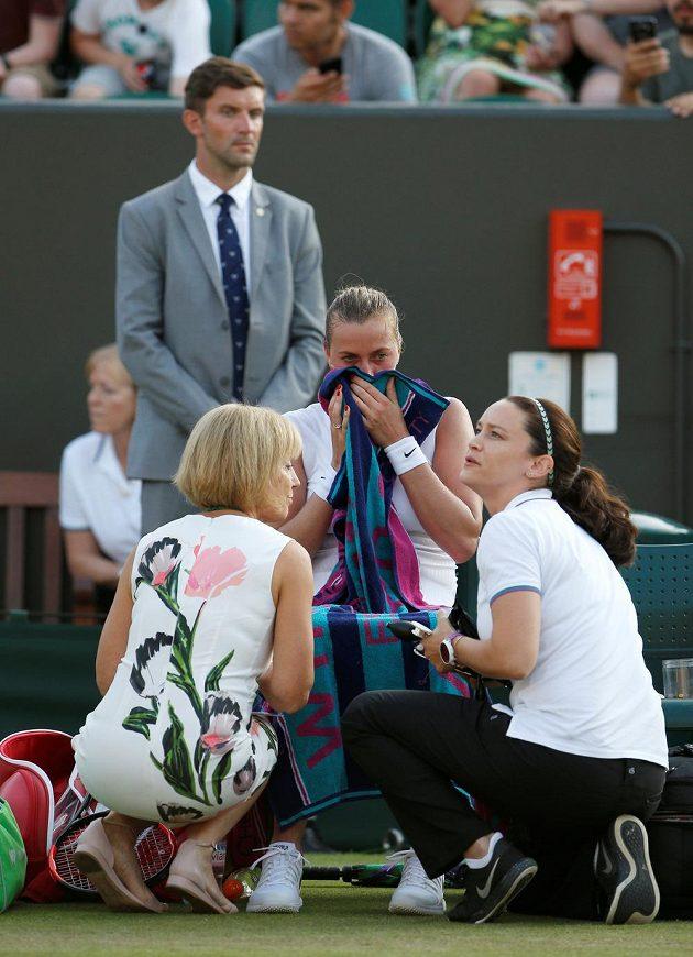 V závěru zápasu 2. kola Wimbledonu se Petra Kvitová nechala ošetřit.