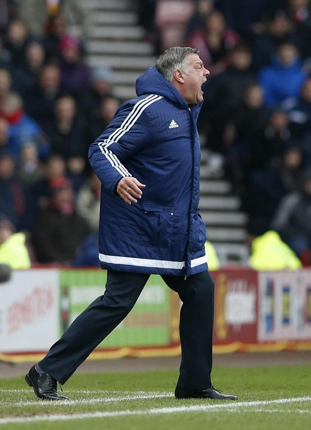 Výbušný trenér Sunderlandu Sam Allardyce během utkání anglické Premier League proti Manchesteru United.