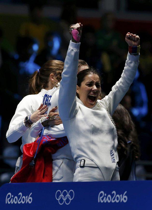 Rumunka Loredana Dinuová se raduje z týmového vítězství v kordu.