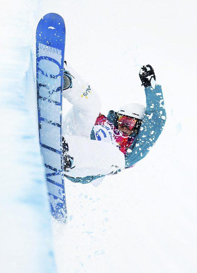 Australanka Holly Crawfordová při kvalifikaci snowboardistek v U-rampě.