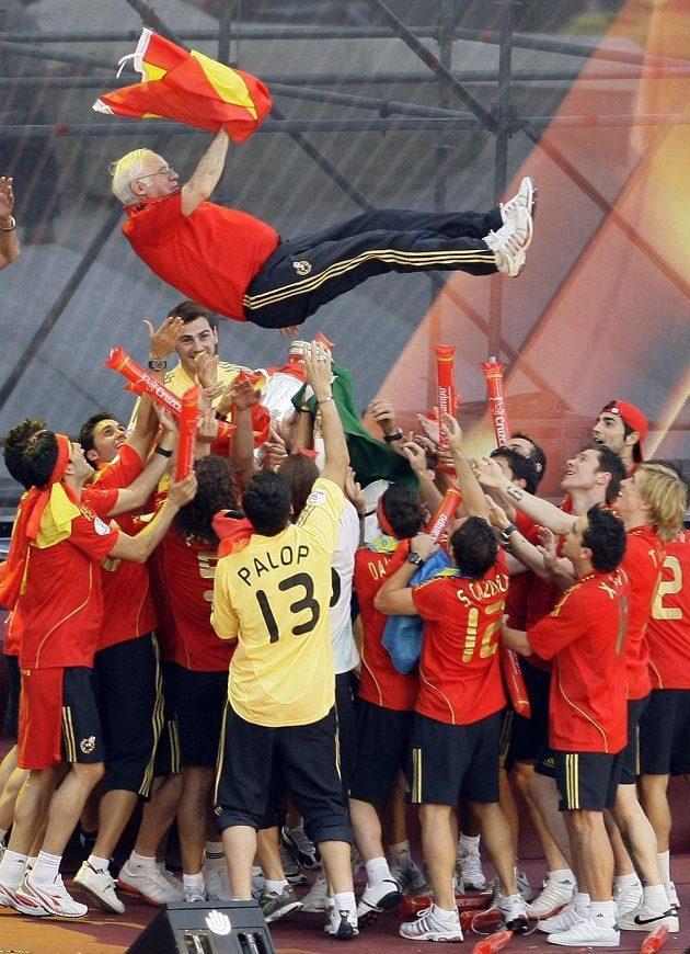 Takhle španělští mistři Evropy v roce 2008 oslavovali muže, který stál na počátku jejich zlaté éry.