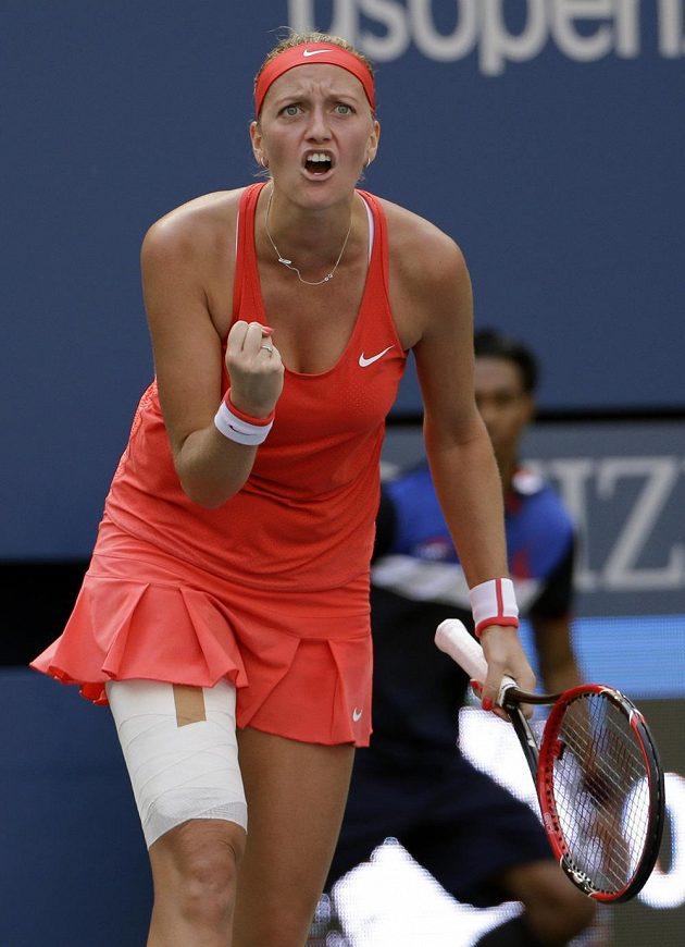 Radost Petry Kvitové poté, co vyhrála první set nad Italkou Pennettaovou.
