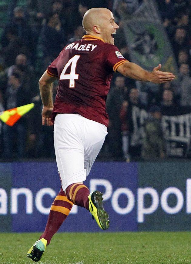 Útočník AS Řím Michael Bradley se raduje z gólu proti Udine.