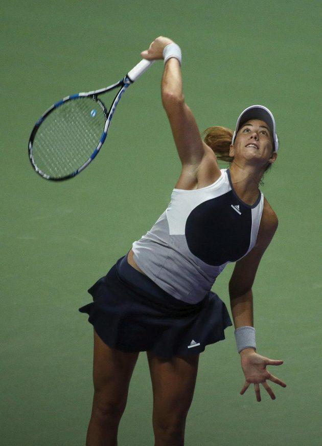 Španělská tenistka Garbiňe Muguruzaová servíruje v zápase s Petrou Kvitovou.