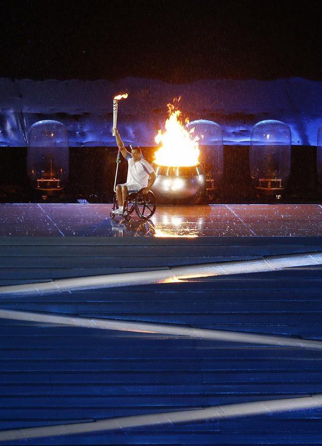 Brazilský plavec Clodoaldo da Silva po zažehnutí ohně při zahájení paralympiády v Riu.
