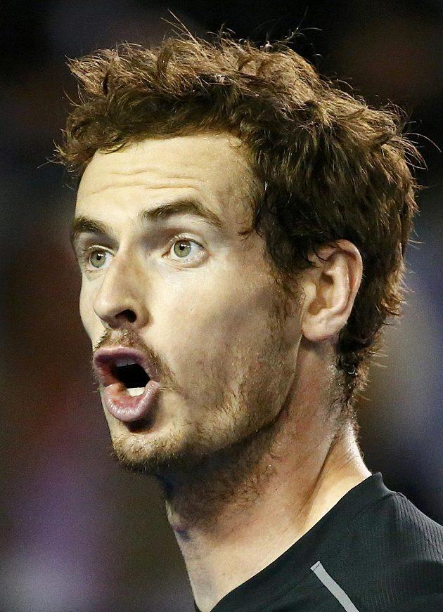 Britský tenista Andy Murray se ve finále diví verdiktu hlavního rozhodčího.